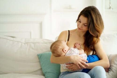 En mor som ammer barnet sitt