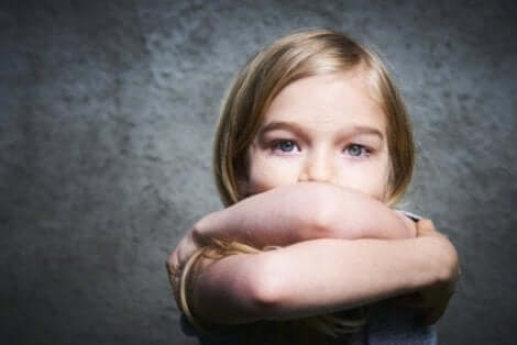 Et barn med armene i kryss