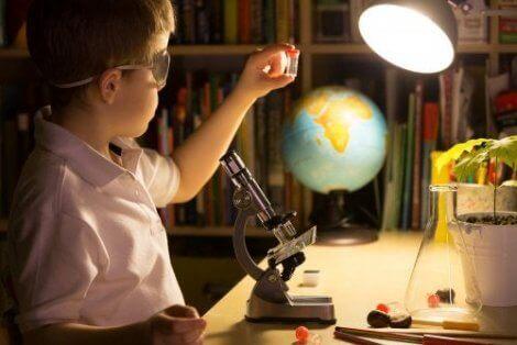 Et barn som leker med et mikroskop