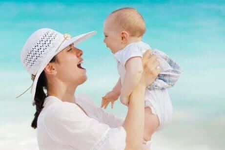 Mor og barn på stranden