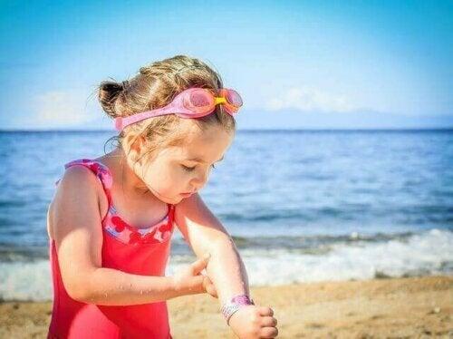 Babyer og barn: Når skal du begynne å bruke solkrem