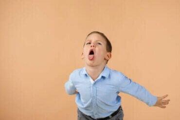 Hvordan effektivt håndtere barn som fornærmer andre