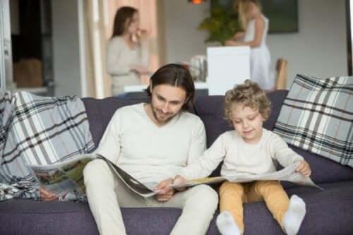 far og sønn leser avisen