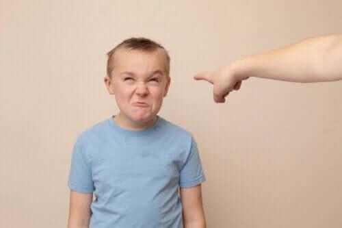 Et sint barn som lager en grimase