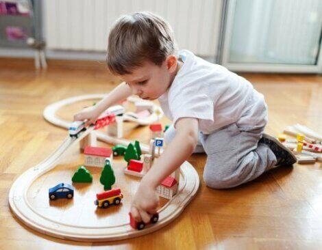 Et barn som leker med bilbane