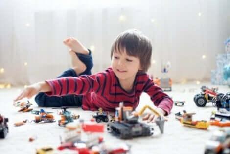 Fordelene med at barn snakker med seg selv mens de leker