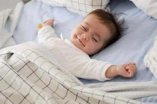 Forstå og overvinn babyens søvnregresjon