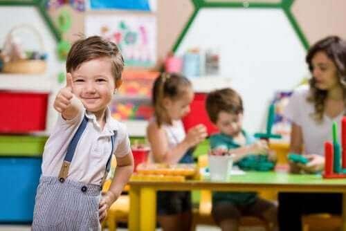 Et barn i et klasserom