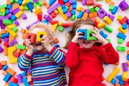 Småbarn som leker med klosser