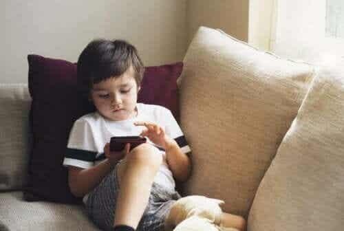 Hvordan holde telefonen din barnesikker