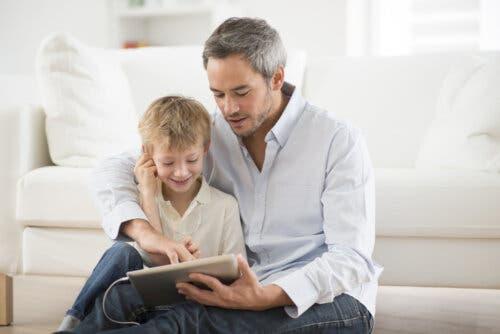 En far som hører på sønnen sin