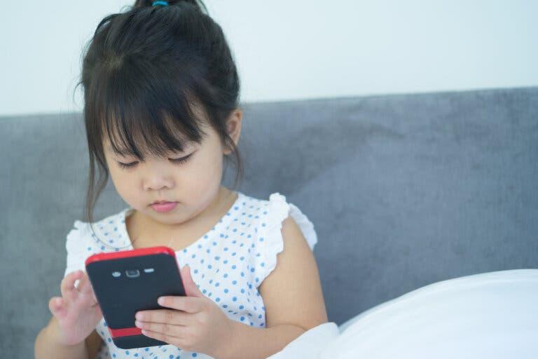Hvordan holde telefonen barnesikker