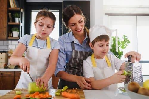 Fordelene ved å lage mat med barna dine