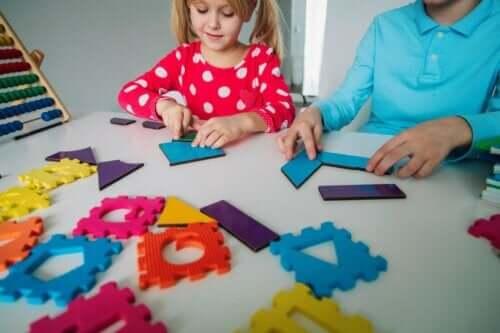 Barn som leker med figurer