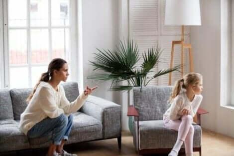En mor som sitter og kjefter på barnet sitt