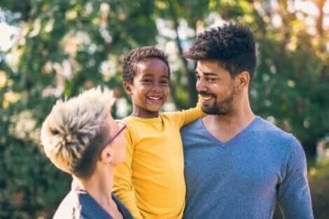 Et barn som leker ute sammen med foreldrene