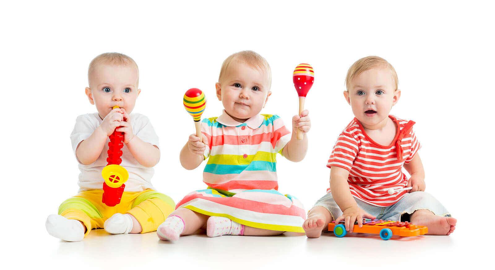 Babyer som spiller musikkinstrumenter
