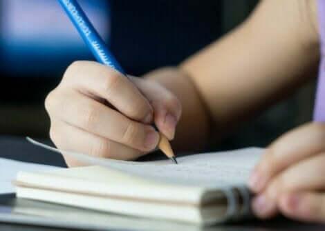 et barn som skriver i en dagbok