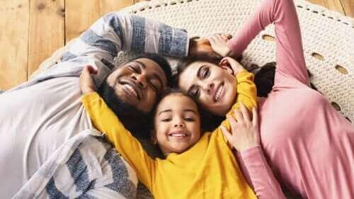 Viktigheten av fysisk kontakt i oppdragelsen av barn