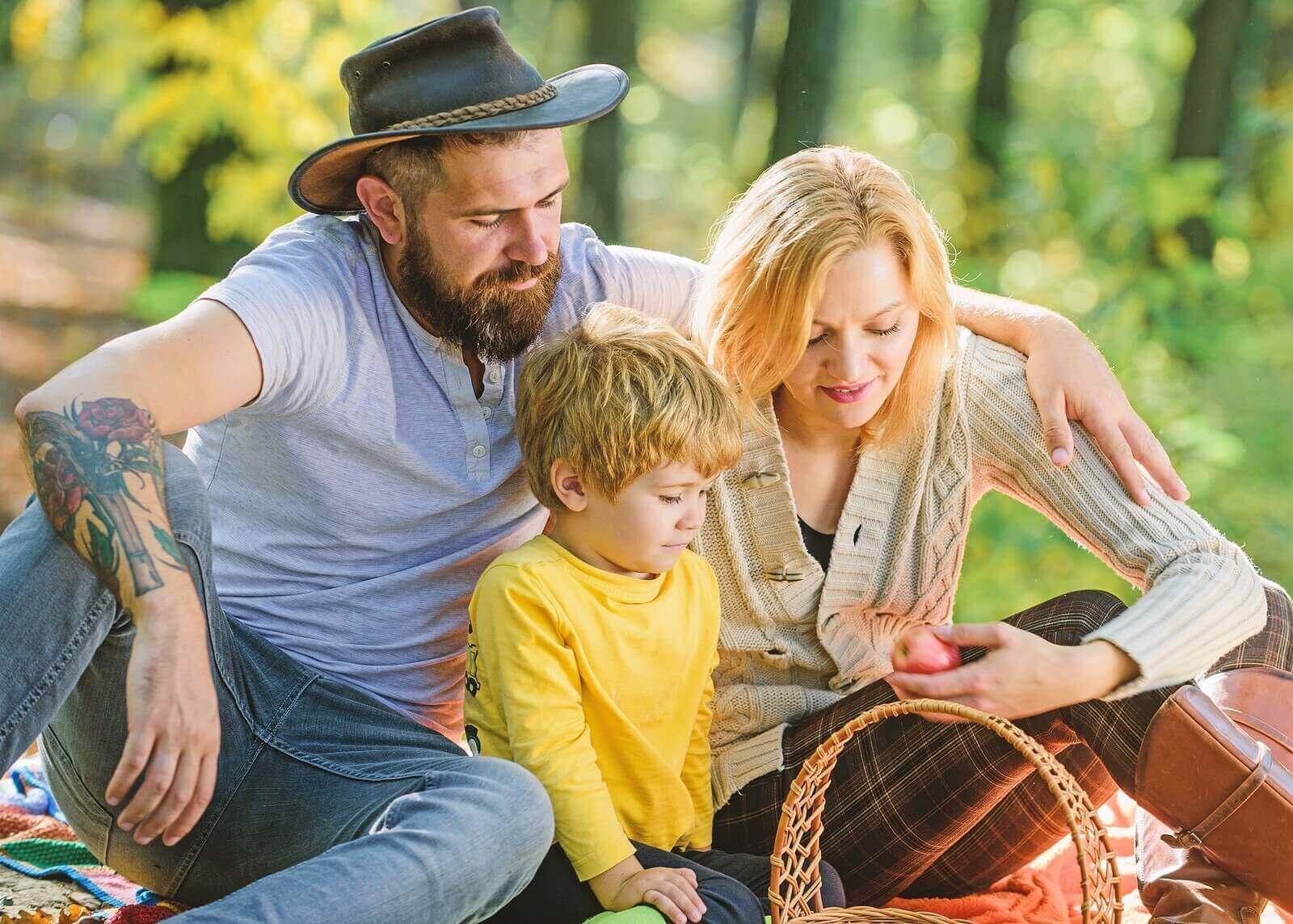 Hva du kan ta med for å spise på en familiepiknik