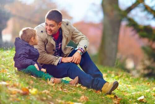 En far og sønn som snakker ute.