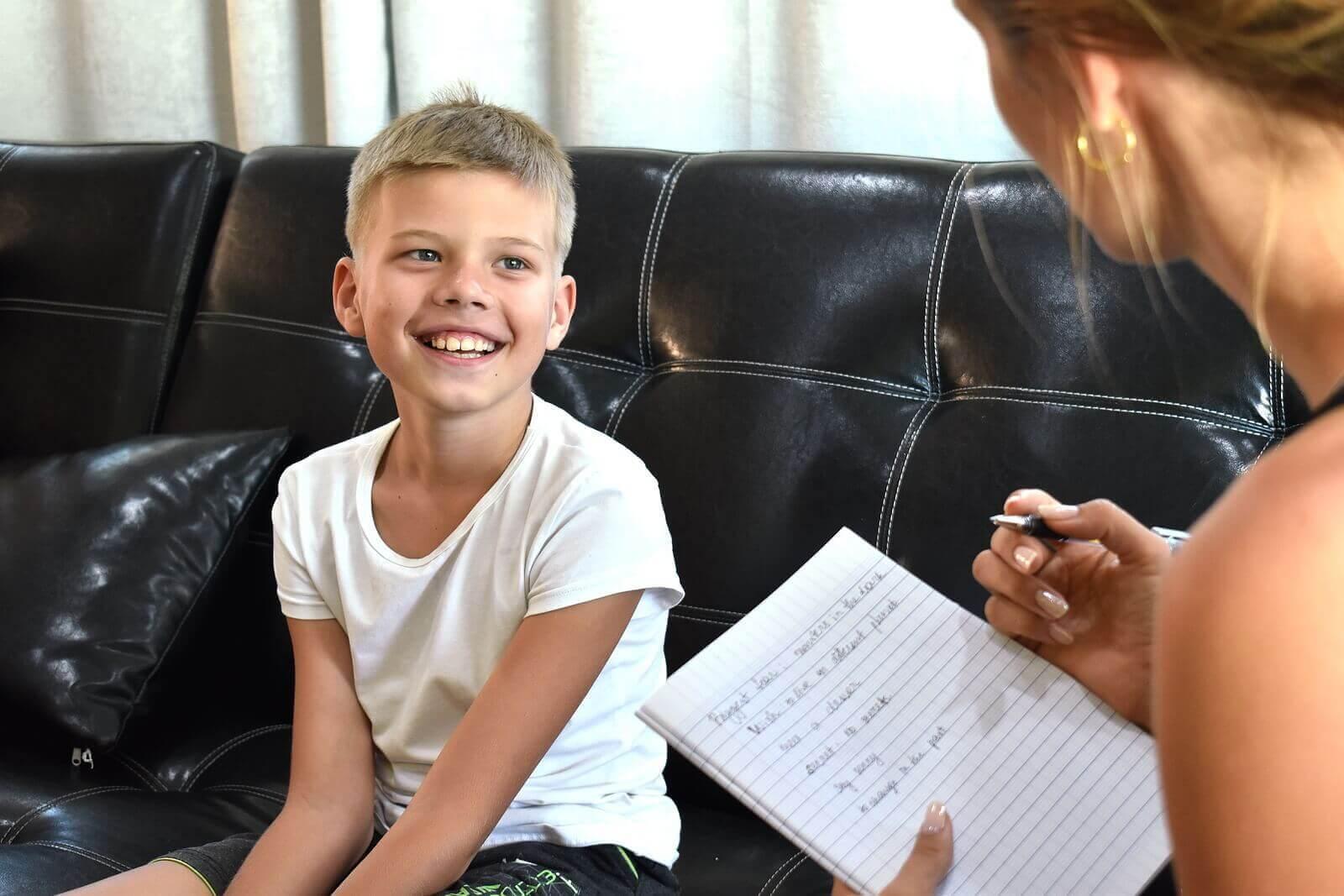 Et barn som snakker med en psykolog