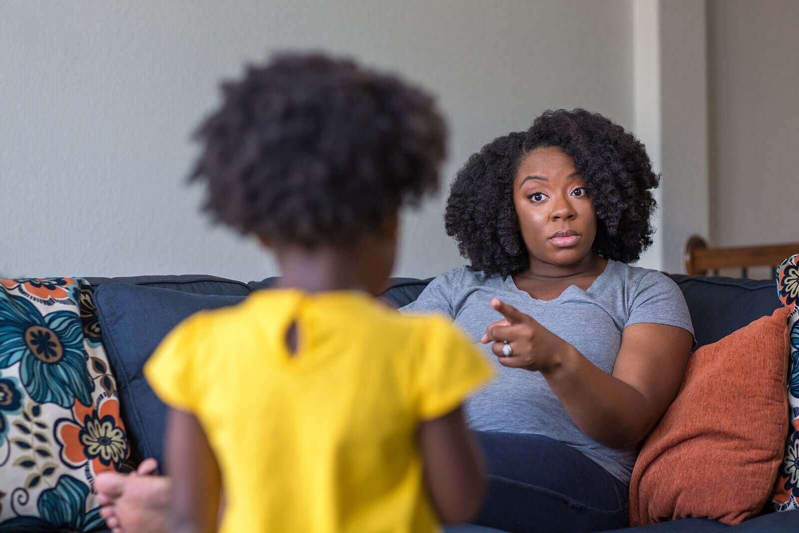 En mor som irettesetter barnet sitt