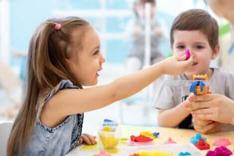 7 sensoriske aktiviteter og håndverk for rastløse barn