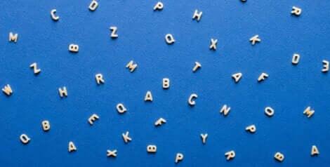 En blå bakgrunn med hvite bokstaver