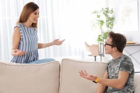 En mor som snakker med sønnen sin