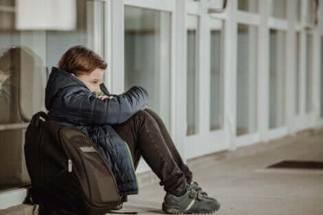 Erting på skolen: Et barn som er trist fordi han har opplevd erting.