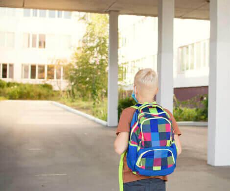 Et barn som går inn på en ny skole.
