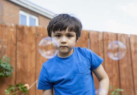 Et barn som leker med såpebobler