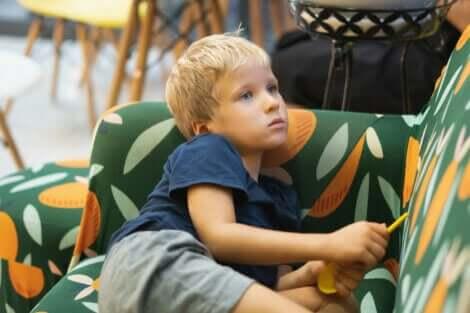 Et barn som sitter i en sofa