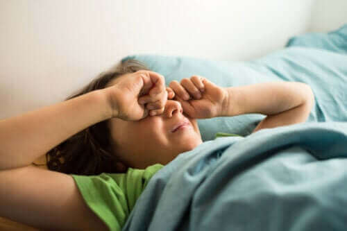 Hva er ufullstendig oppvåkning med forvirring hos barn?