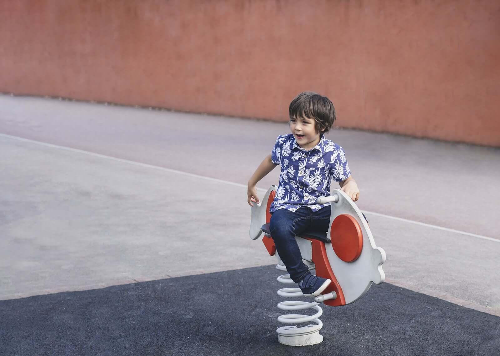 Barnet mitt foretrekker å leke alene: Bør jeg være bekymret?
