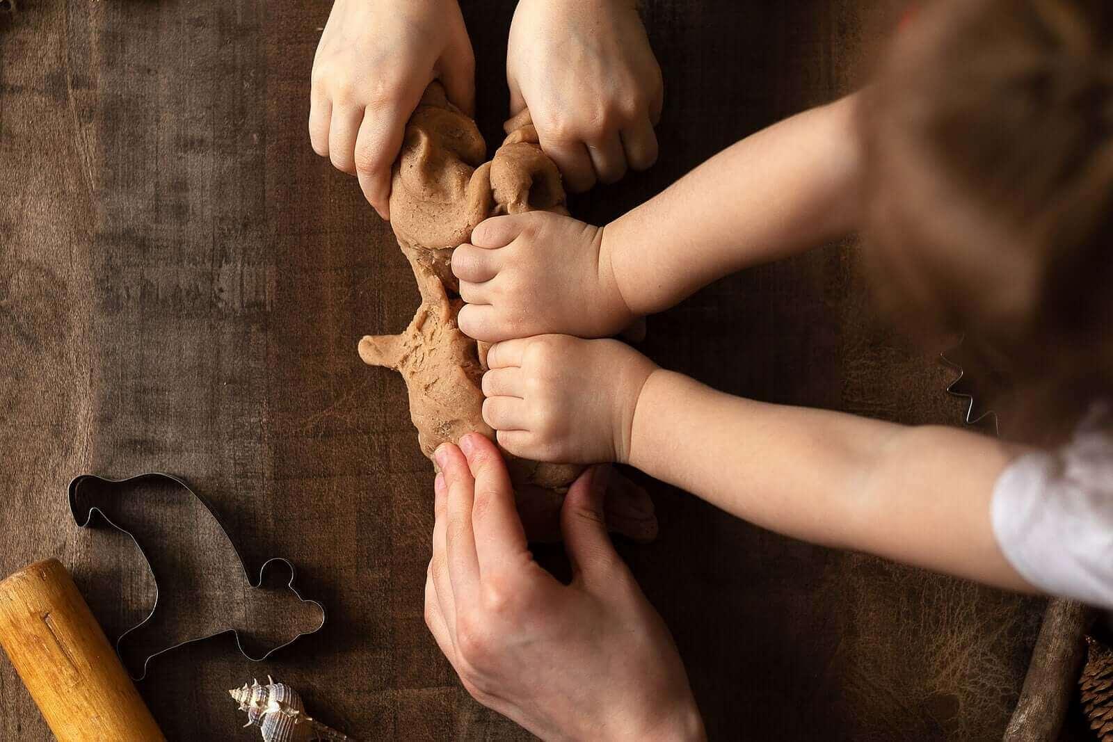 Å leke med leire stimulerer barn og gjør dem lykkelige!