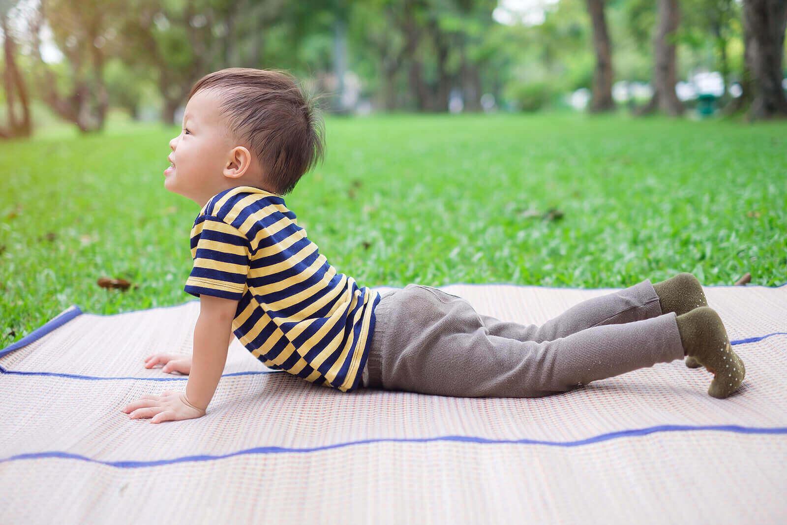 Barn gjør en cobrapositur i yoga