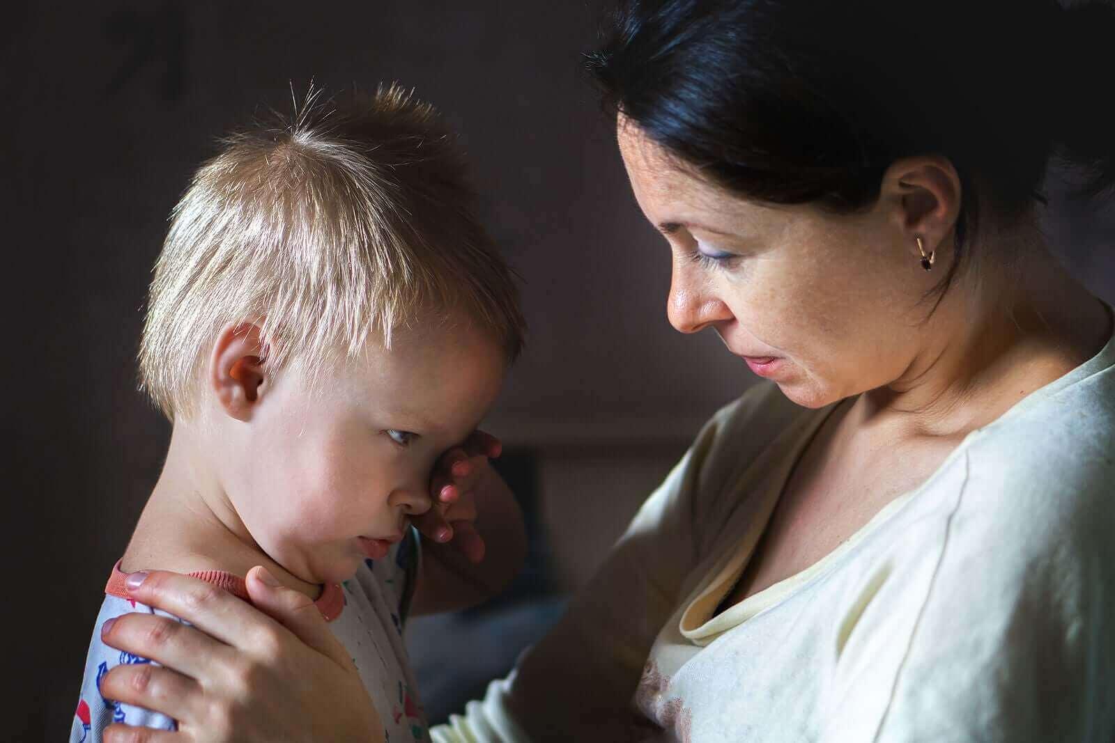 En mor som snakket rolig til sitt sinte småbarn.