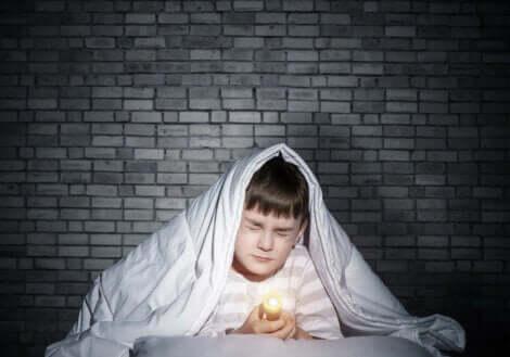 Et barn som er redd for mørket.