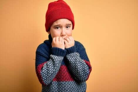 Et barn som er redd og biter neglene.