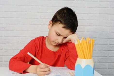 Et barn som gjør lekser.