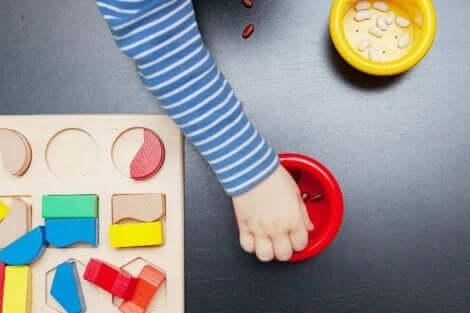 Et barn som leker med modelleire