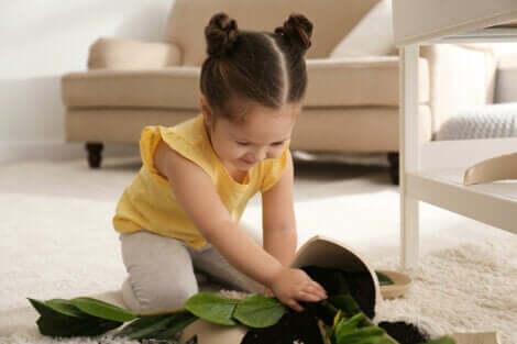 Et barn som leker på et stuegulv.