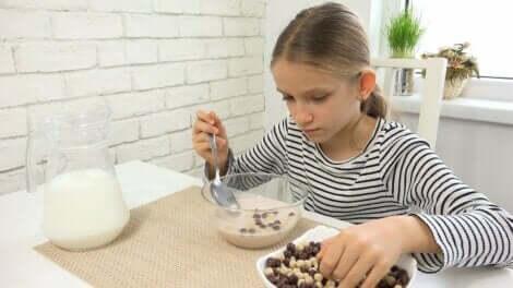 Et barn som spiser frokost.