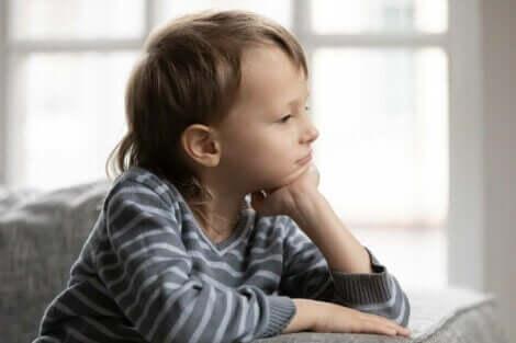 Hvordan hindre barn i å søke godkjenning fra andre