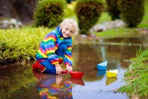 Åtte fordeler med å leke med vann for barn