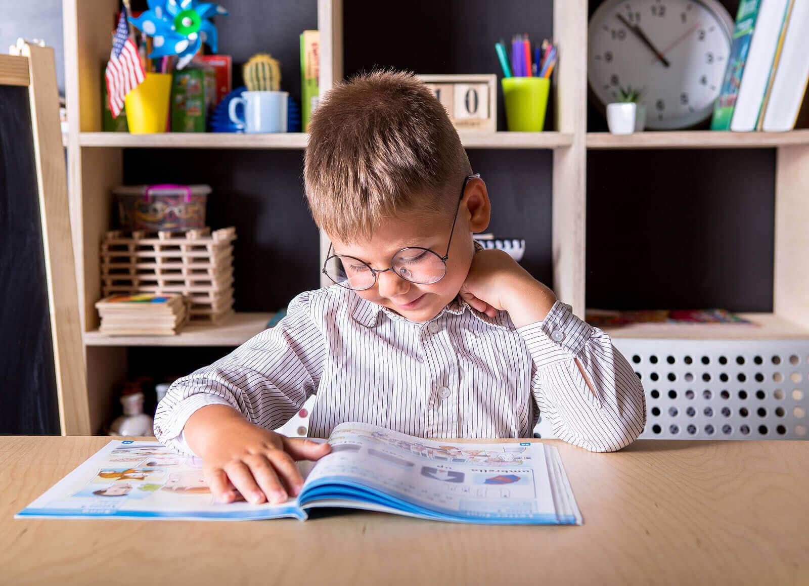 En gutt som gjør lekser