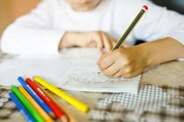 Hvorfor det er bra at barna dine lærer seg å skrive for hånd
