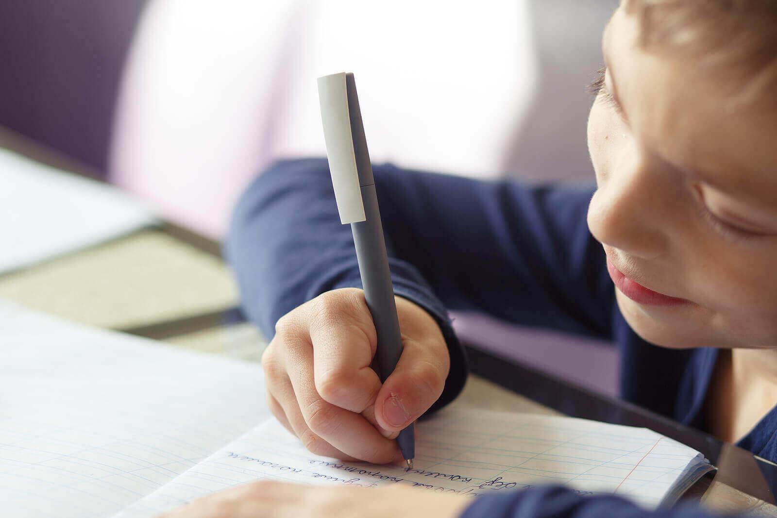 Hvorfor det er bra at barna dine lærer å skrive for hånd
